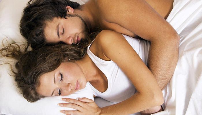 ¿Qué dice la posición en la que duermes con tu pareja sobre su relación?