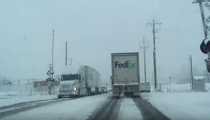 Video: Tren choca con camión de Fedex y el piloto se salva de puro milagro