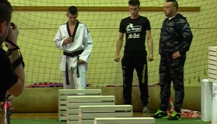 Video: Joven bosnio rompe 111 ladrillos con la cabeza en 35 segundos