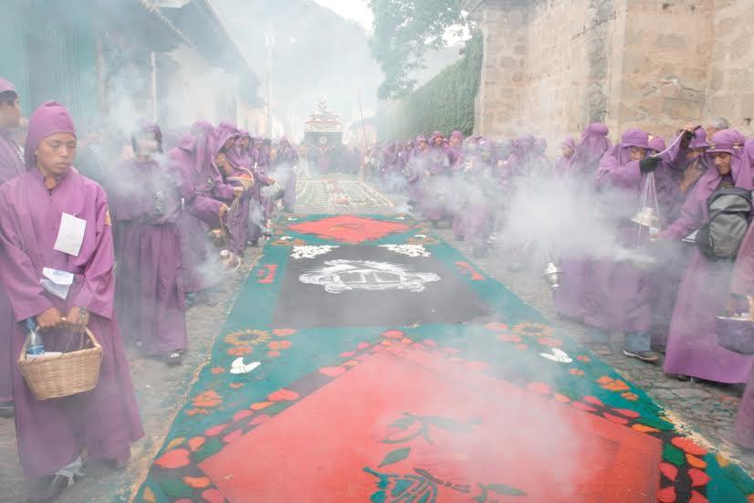 """Cucuruchos o penitentes inciensan las alfombras de serrín para """"purificarlas"""", antes del paso del Nazareno de la Humildad, de San Cristóbal El Bajo, Antigua, Guatemala.   Foto :Edwin Castro"""