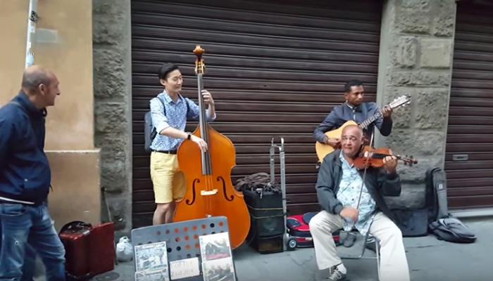 Video: Turista se une con músicos callejeros y el resultado es increíble