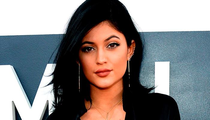 """Kylie Jenner asiste a """"Baile de Graduación"""" con chico que fue rechazado"""