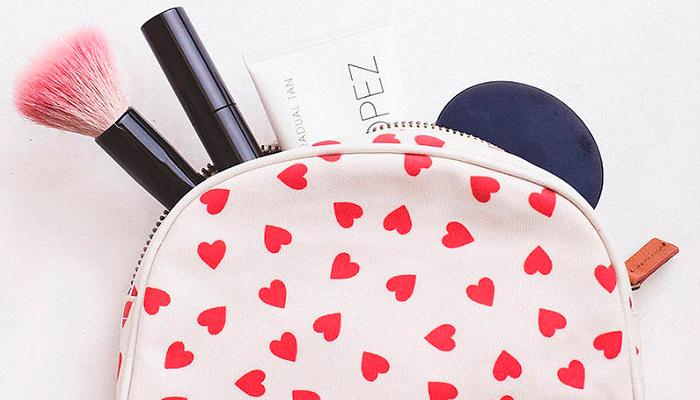 10 productos que no deben faltar en tu bolso de maquillaje