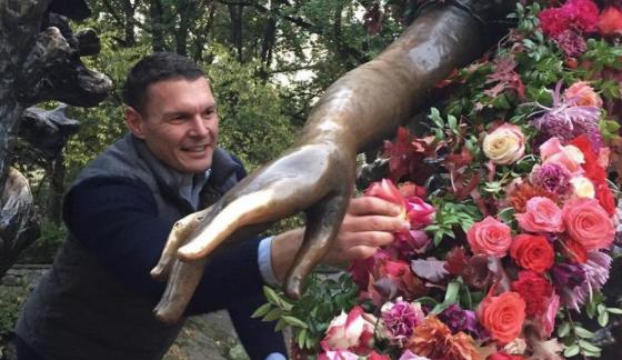 Artista llena de flores las calles de Nueva York