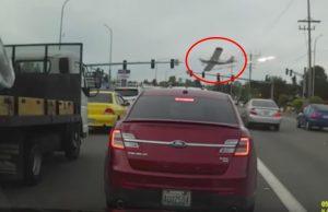 Video: Conductor graba a avión cayendo en las calles de Washington