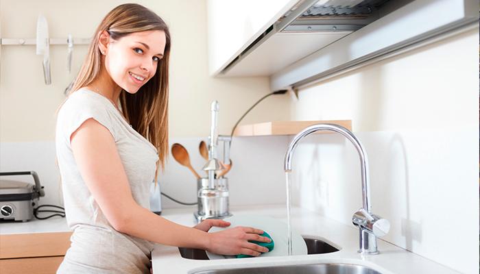 Según la ciencia lavar platos ayuda a combatir el estrés