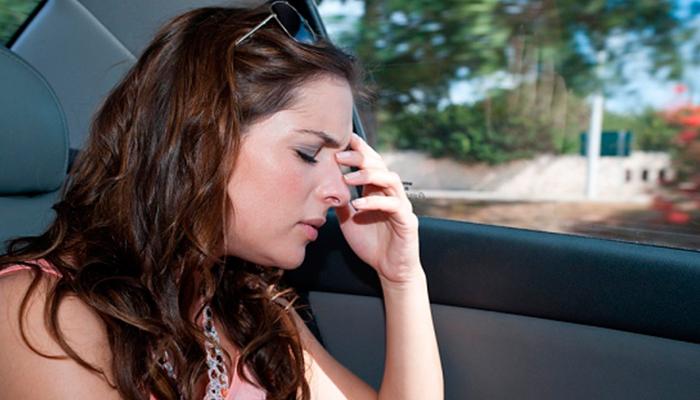 ¿Por qué las personas se marean en un recorrido en auto?