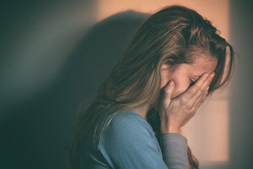 Mujer-con-depresión-cubriéndose-la-cara-1-500x334