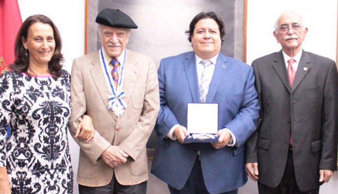 Rodolfo Abularach y Juannio son galardonados con la Orden del Arrayán