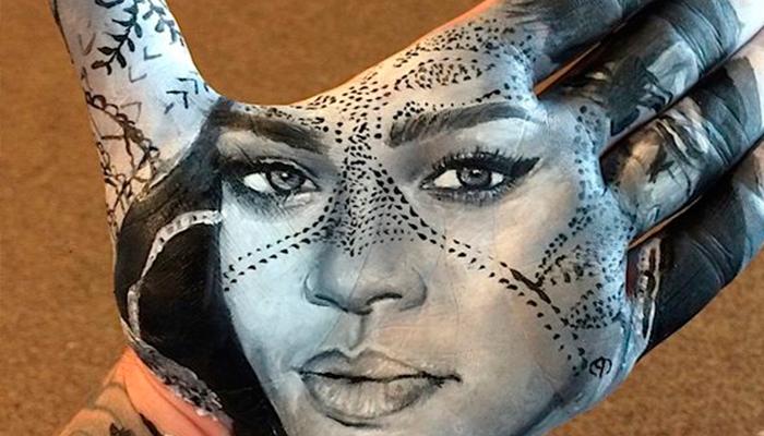 Artista crea retratos en su mano y los sella en papel