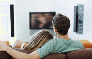 Estudio revela que ver series con tu pareja mejora la relación