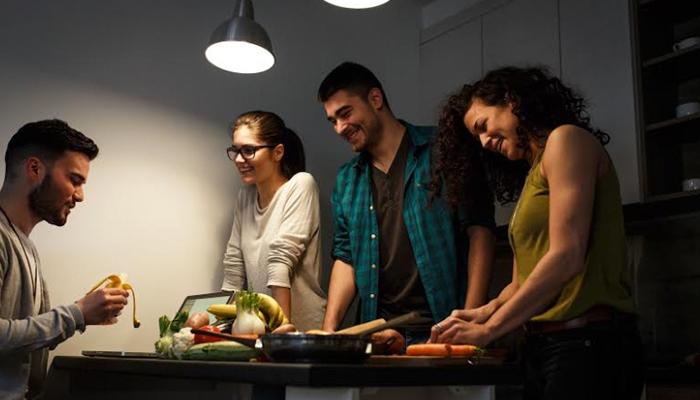 ¿Cómo influye la tonalidad de la luz a la hora de comer?