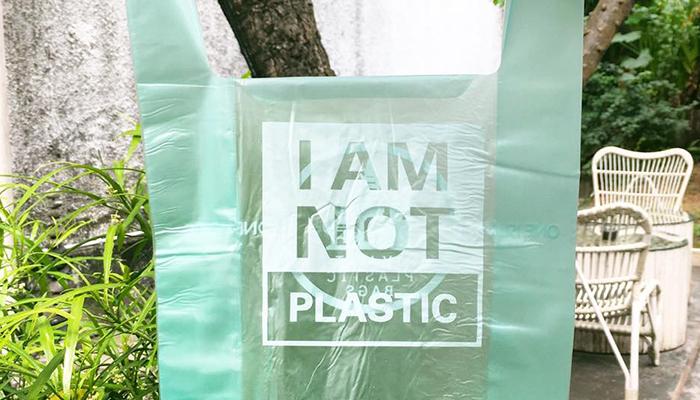 Biólogo crea bolsas de yuca para remplazar las de plástico