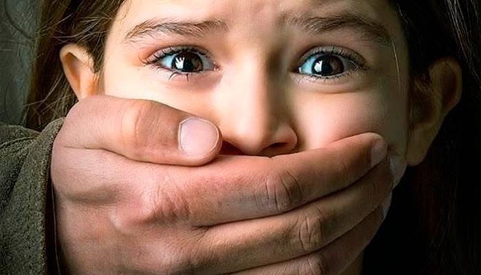 ¿Cómo mantener la seguridad de los niños y jóvenes en lugares públicos?