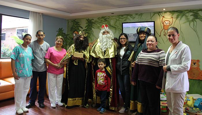 """Niños del Sanatorio """"El Pilar"""" son visitados por los Reyes Magos"""