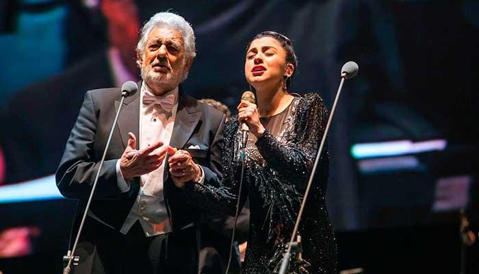 Mon Laferte sorprende en su participación en el concierto de Placido Domingo