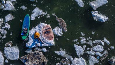Joven artista pinta sobre icebergs y murales sumergidos en el mar