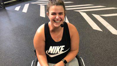 Joven sobreviviente de cáncer se convierte en la primera entrenadora de CrossFit Nivel 2 con parálisis cerebral