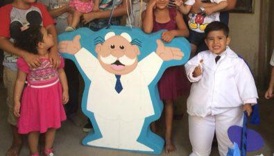 Niño celebra su cumpleaños con una fiesta del Dr. Simi