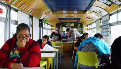 Este bus le lleva educación a cientos de personas