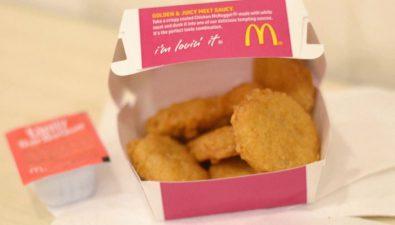 """Lo nombran """"héroe"""" por colocar un McNugget extra en cada menú de 10 piezas"""
