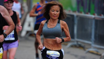 Mujer de 71 años alcanza récord mundial en una maratón