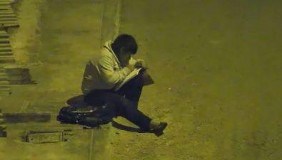 Hacía la tarea en la calle porque su mamá no podía pagar la luz
