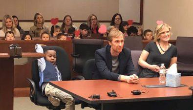 Este niño invitó a todos sus compañeros de clase a su audiencia de adopción