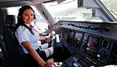 La capitana más joven de Latinoamérica en manejar el avión Embraer E190