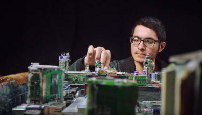 Joven crea arte con piezas recicladas de computadoras