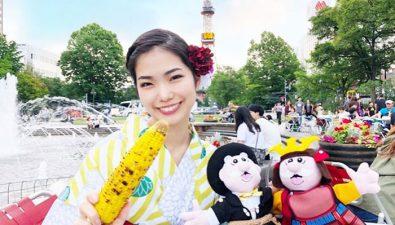 Esta joven viaja por el mundo con un Dr. Simi de peluche