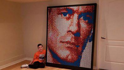 Niño de 9 años con dislexia crea un retrato de John Cena con cubos de Rubik