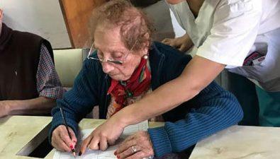 Tiene 106 años y planea completar sus estudios escolares