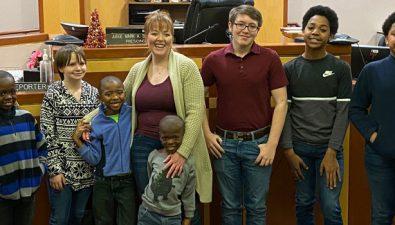 Mujer adopta a seis hermanos para que todos puedan permanecer juntos