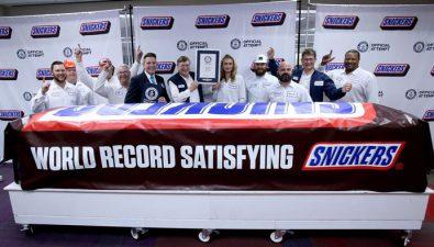 Nuevo récord mundial: Crean la barra Snickers más grande del mundo