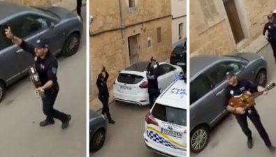 Policías españoles cantan en las calles para animar a la gente