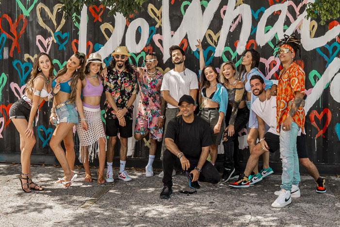 El Pais De Los Jovenes Tú está' pa' comerte to'a tattoo remix es una canción de rauw alejandro y camilo que se estrenó el 9 de julio. el pais de los jovenes