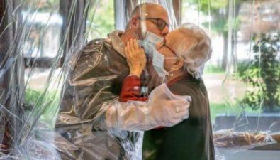 Asilo en Italia crea 'habitación de abrazos' para poder abrazar de forma segura