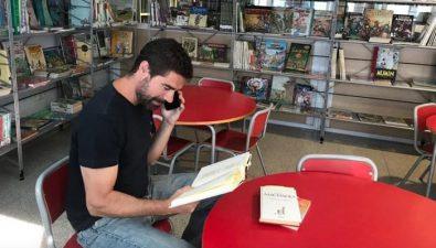 Bibliotecario español lee cuentos a ancianos a través de llamadas telefónicas